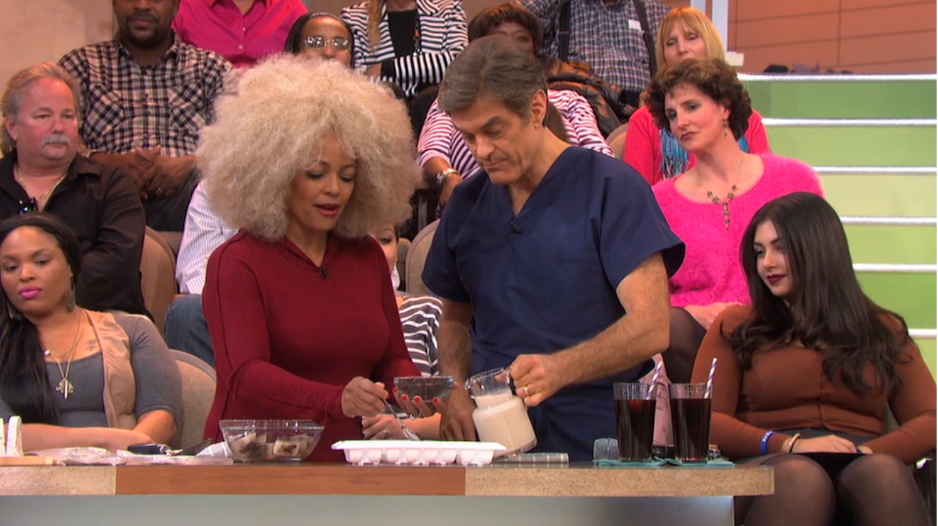 Dr. Oz shows Kim how to make a cookies and cream smoothie.